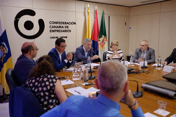 00-el-vicepresidente-del-gobierno-de-canarias-analiza-el-decreto-de-viviendas-vacacionales-con-la-cce